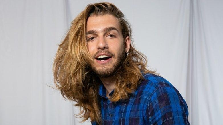 Modelo com cabelo castanho com luzes, longo e liso
