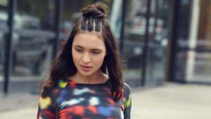 Modelo com penteado semipreso com trança tripla