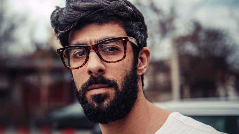 modelo com um dos cortes de cabelo hipster masculino