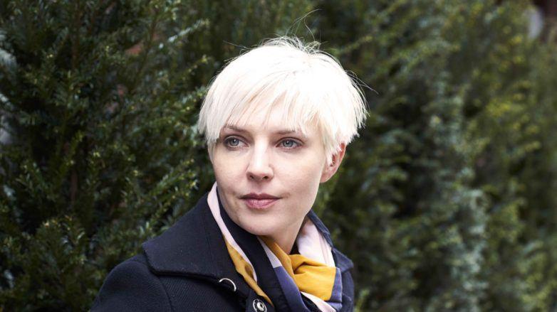 Mulher com cabelos platinados curtos