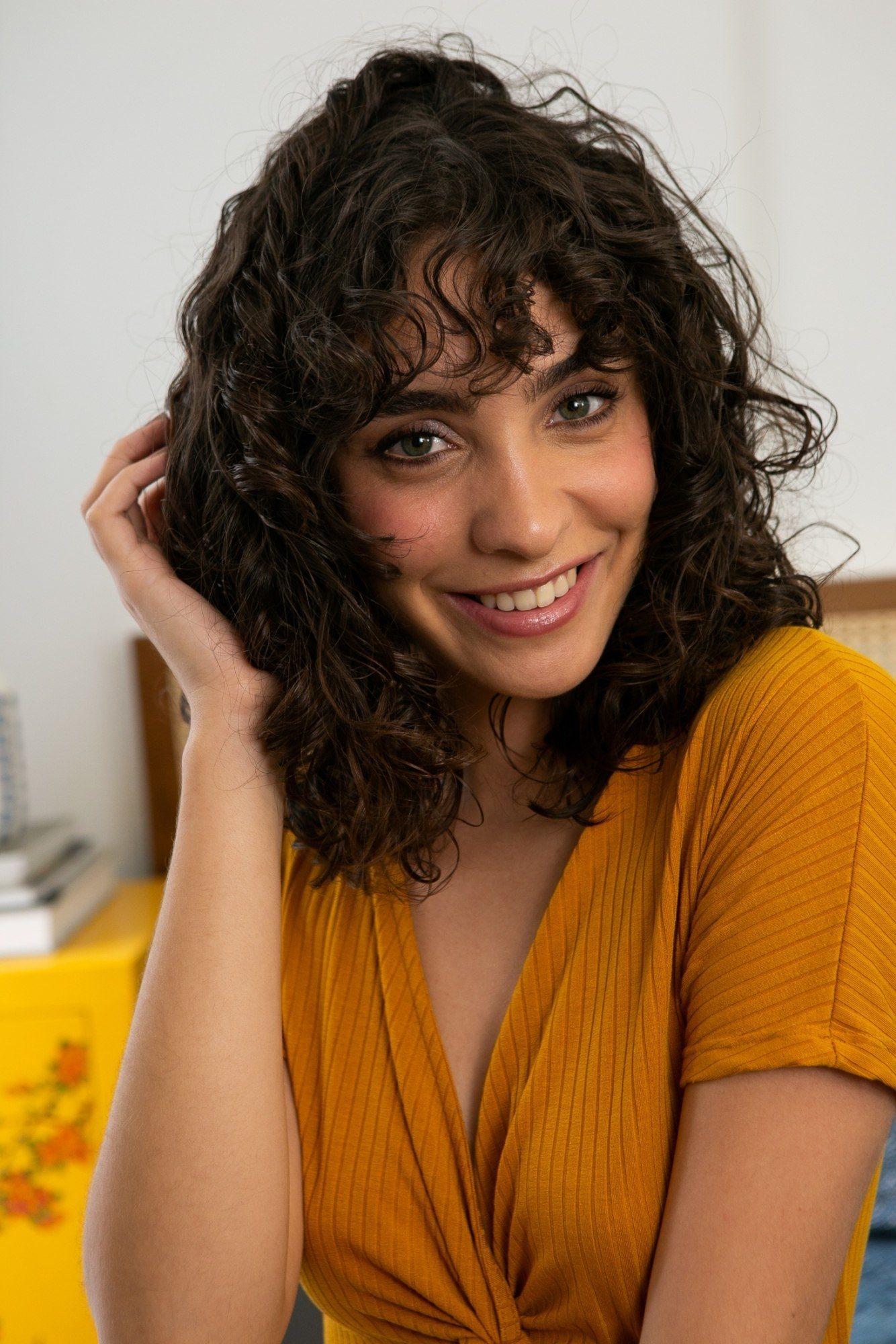 Modelo com cabelos cacheados para matéria de estilizar os cabelo sem calor