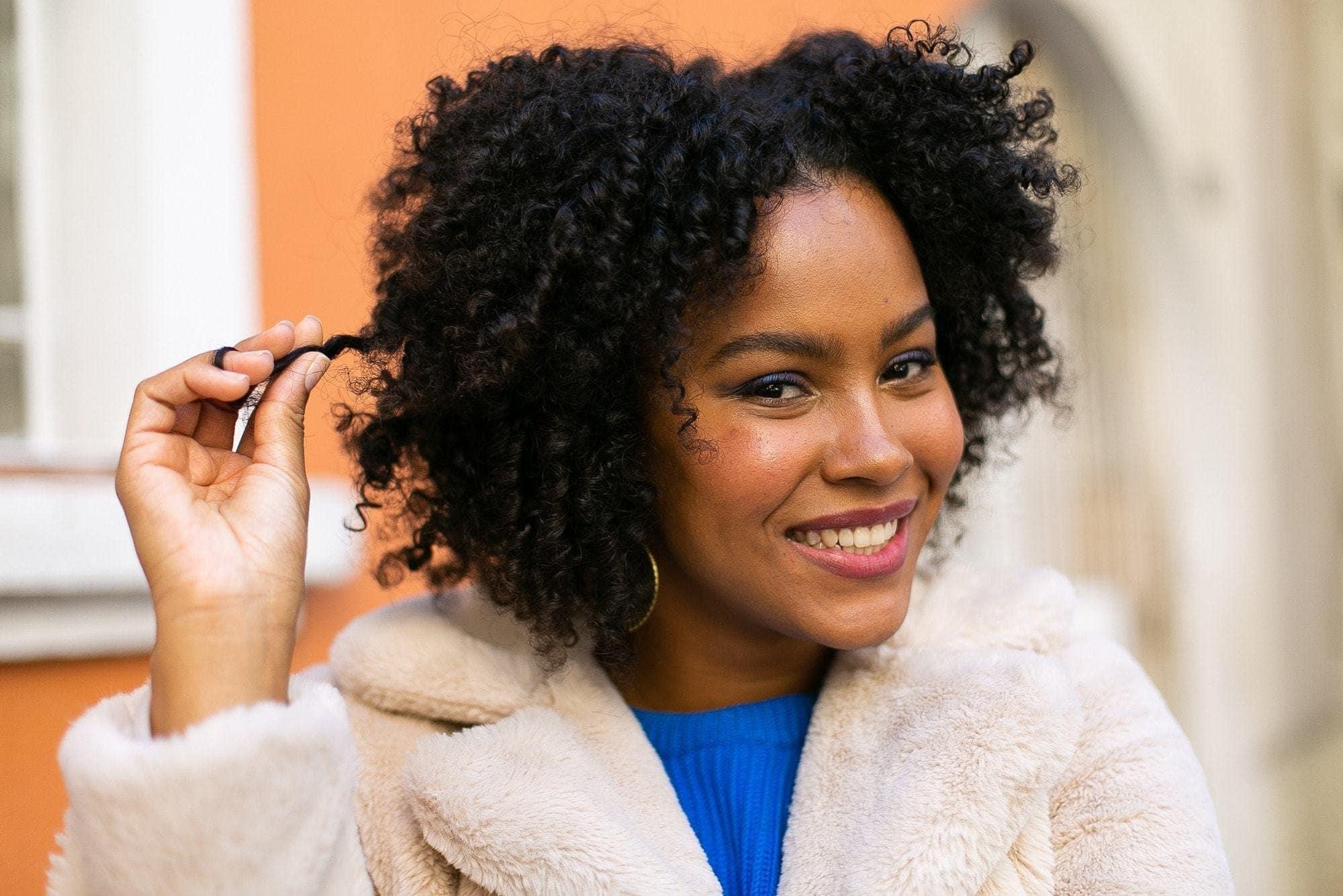 Modelo com cabelos crespos para matéria de estilizar os cabelo sem calor