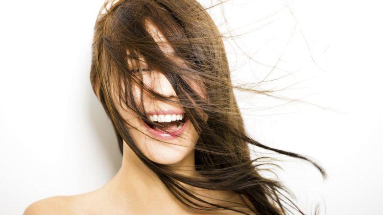 Modelo com cabelos ao vento
