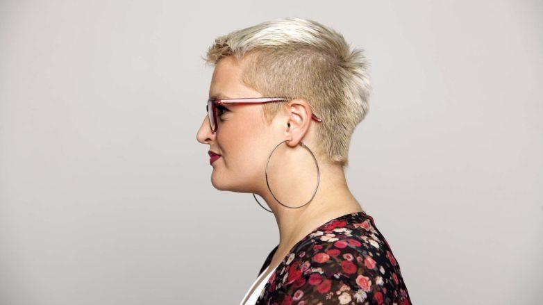 Mulher loira com a lateral dos cabelos raspada