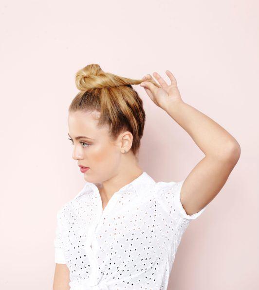 Mulher loira faz um coque e ensina a fazer um penteado com bandana cheio de estilo