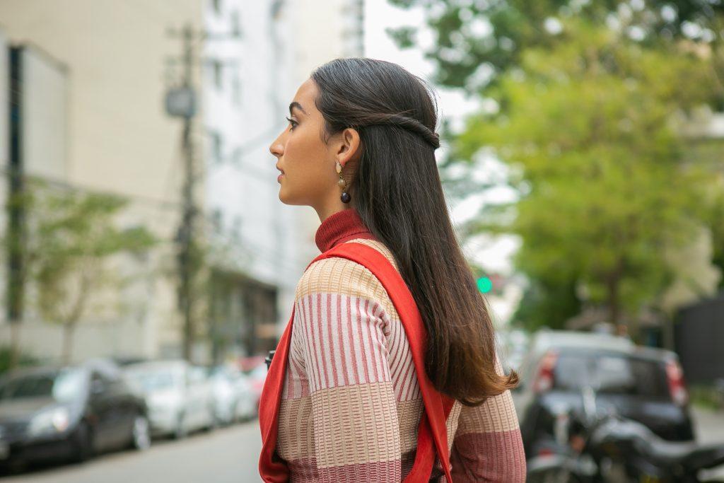 Mulher com penteado semipreso torcido
