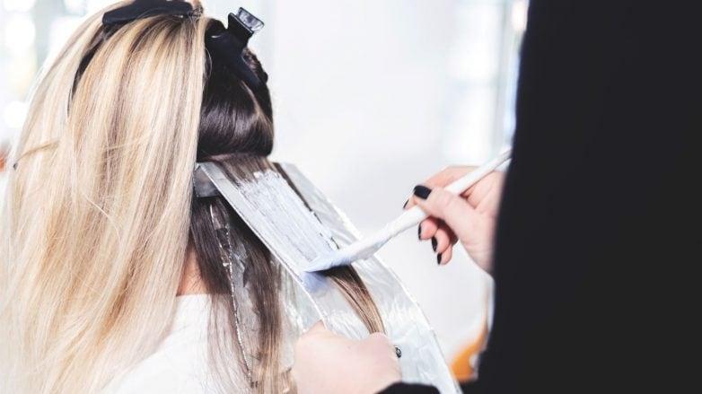 cabelo com mistura descolorante