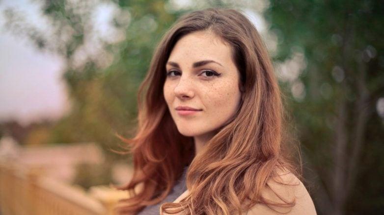 mulher com cabelo longo e clareado