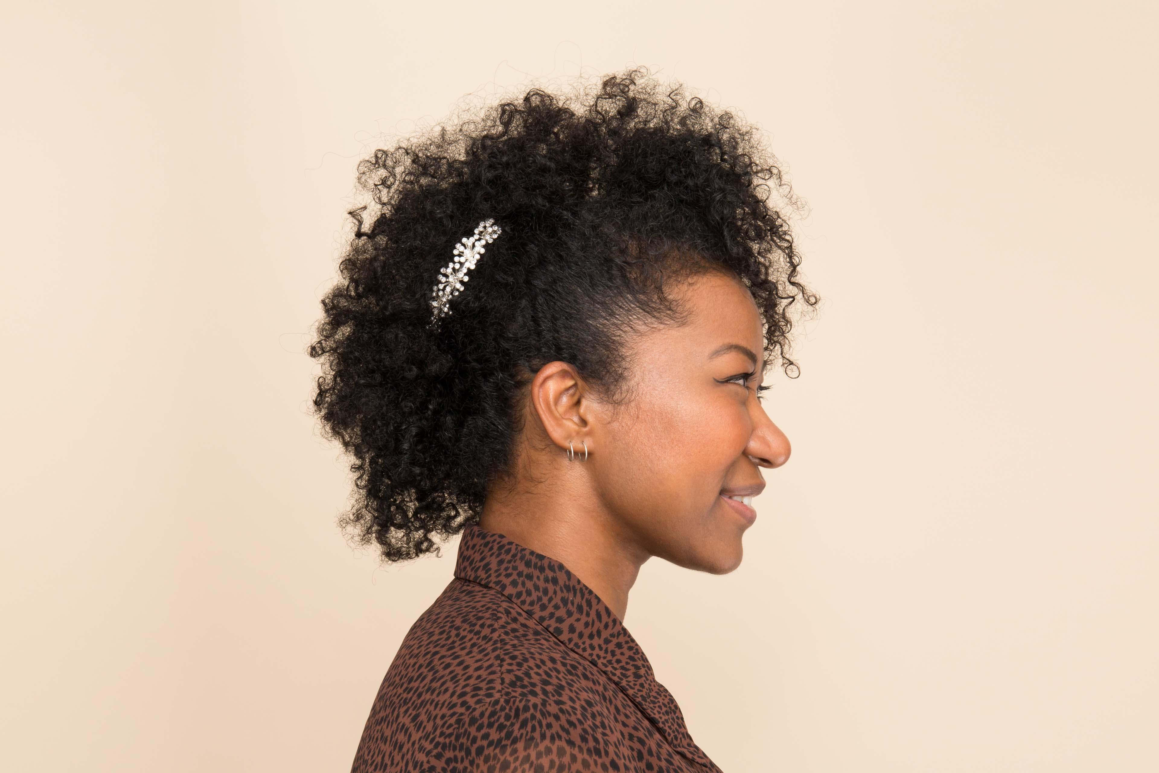 modelo de cabelos cacheados de festa com moicano