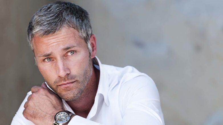Homem com cabelos e barga grisalhos