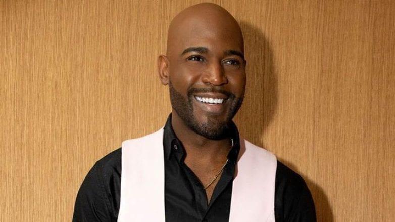 homem careca com barba rala sorrindo
