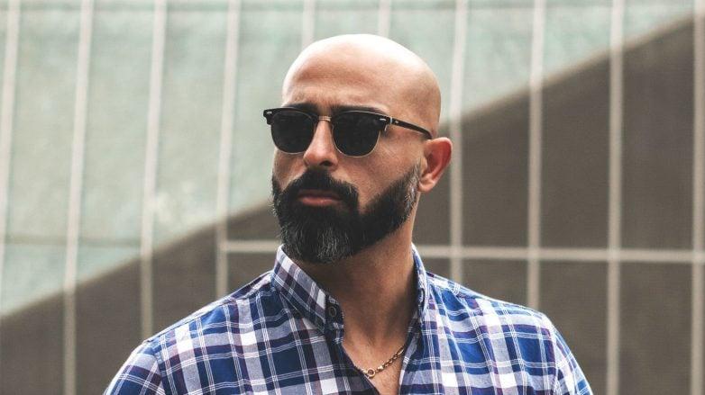 homem com cabeça raspada e barba