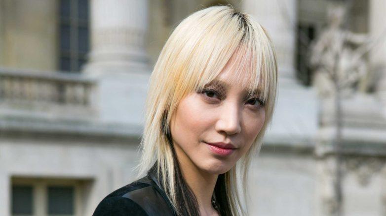Mulher com cabelos loiros curtos e lisos