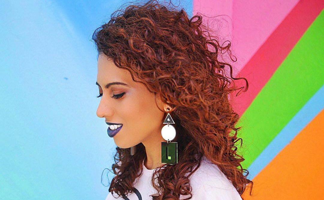 Carla Lemos com cabelos ruivos e cacheados