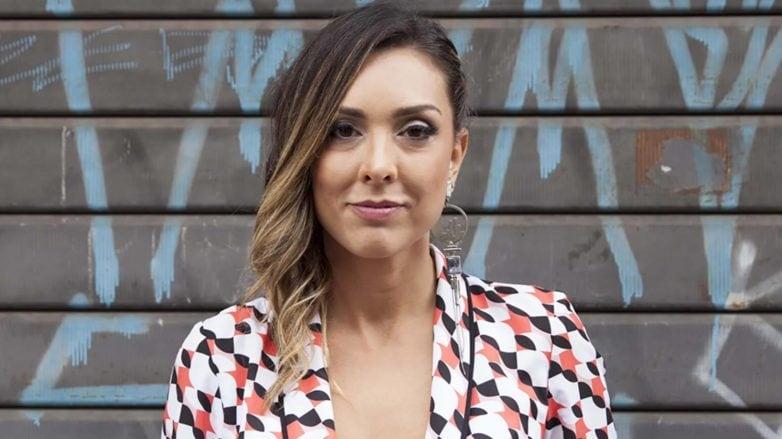 Mulher com cabelo castanho iluminado pela técnica ombré
