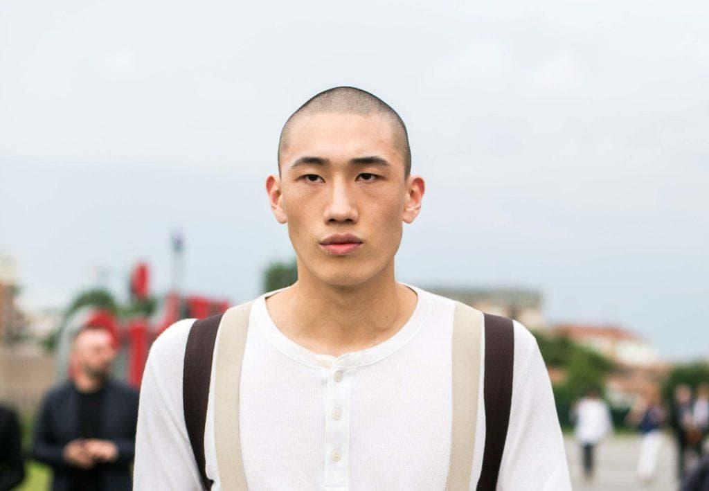 Modelo com buzz cut para matéria de cortes de cabelo para homem com testa grande