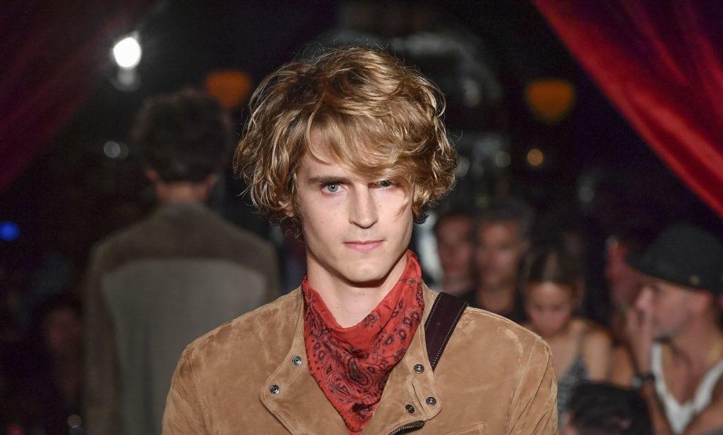 Mode com cabelo curto em camadas para matéria de cortes para homem de testa grande