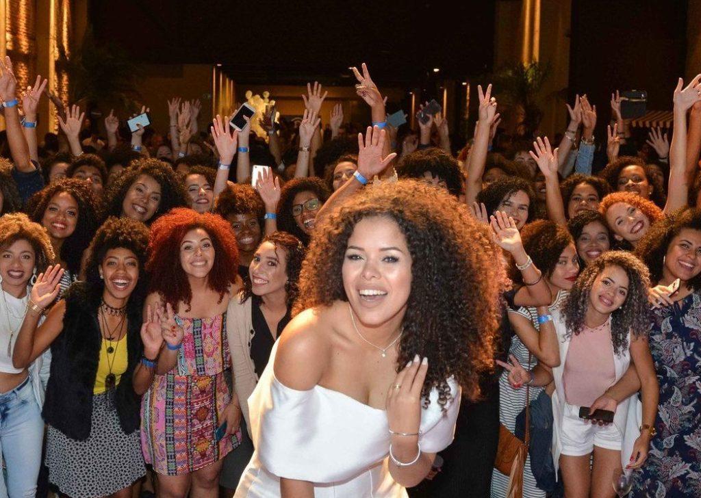 Rayza Nicácio comemorando 1 milhão de inscritos no YouTube