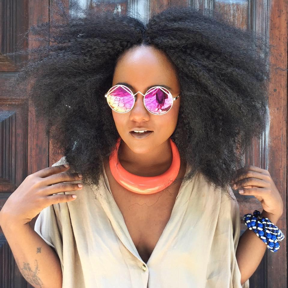 Mulher com cabelos afro