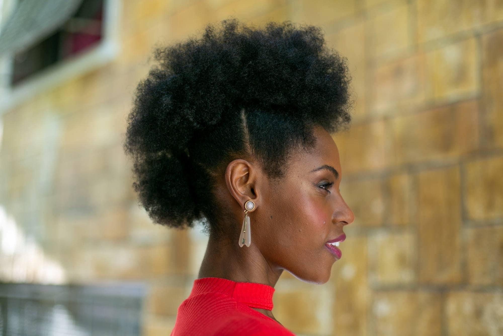 Modelo com cabelo curto crespo para matéria de moicano feminino
