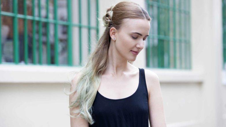 Mulher com cabelo loiro parcialmente pintado de azul ilustra matéria sobre temperamentos no visagismo
