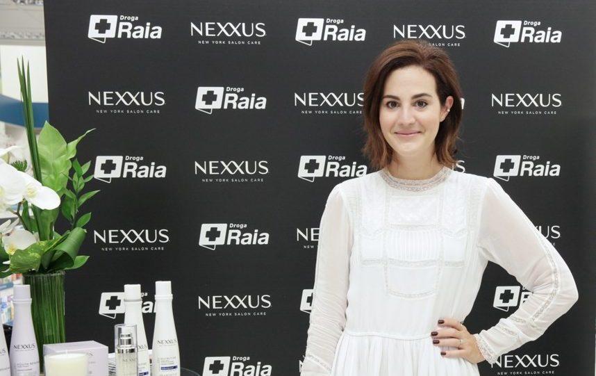 Vic Ceridono posa com a mão na cintura usando um vestido branco