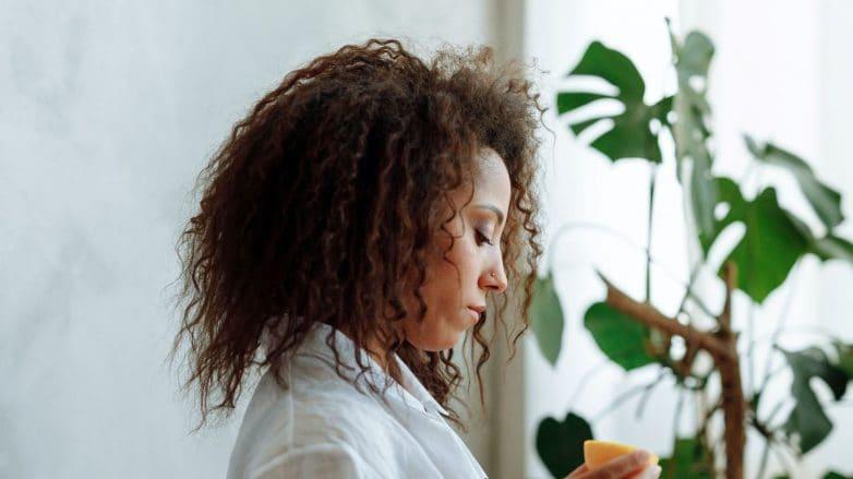 mulher com cabelo com relaxamento castanho