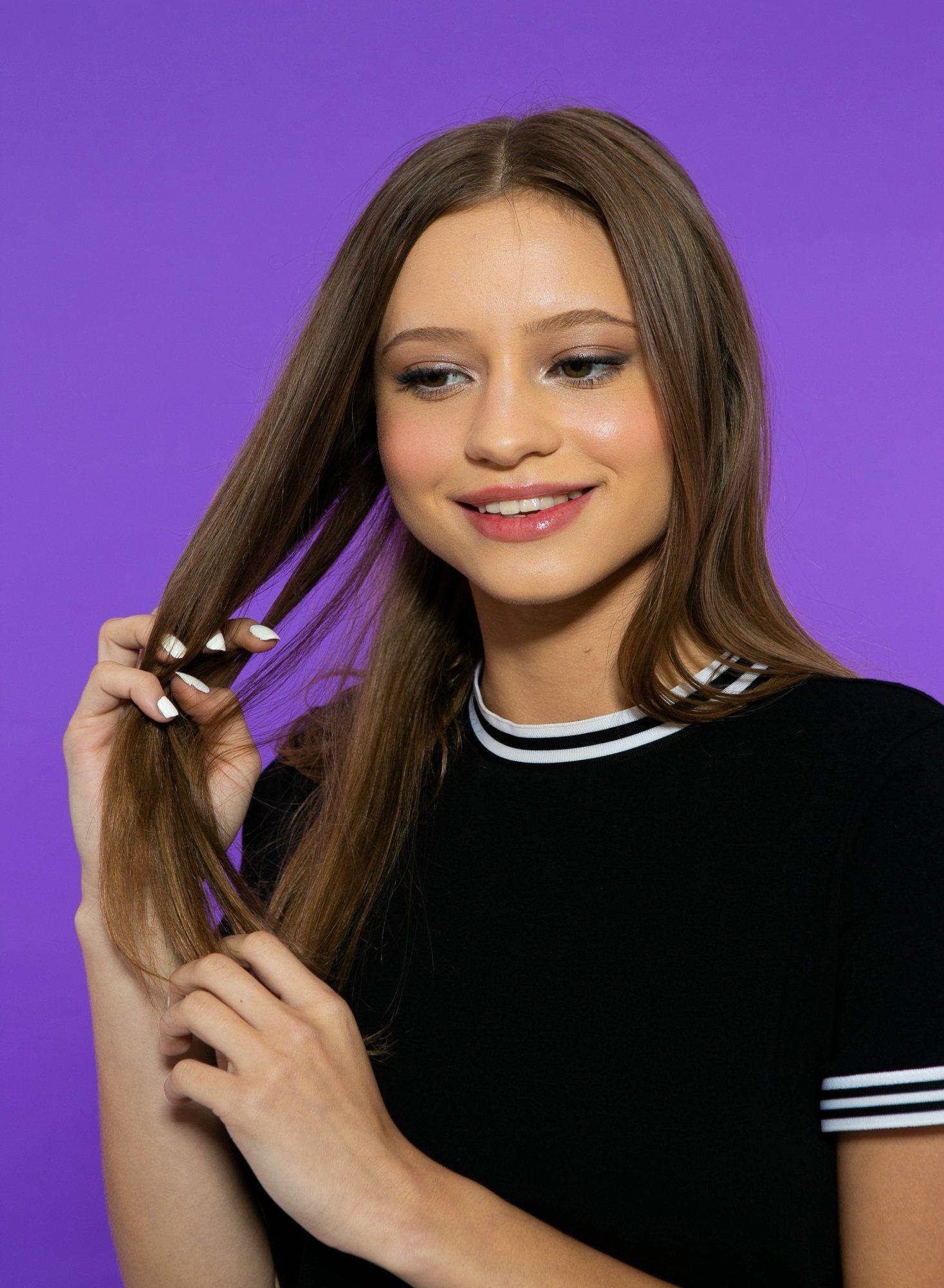 modelo penteando o cabelo longo com os dedos