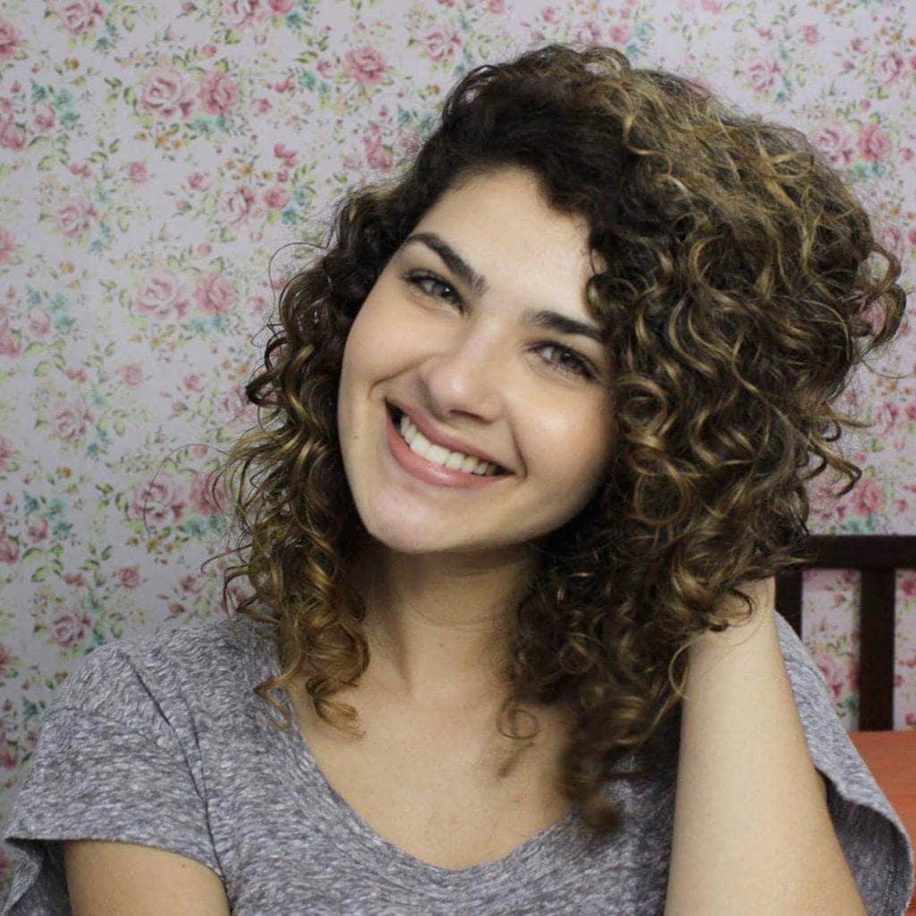 Vlogger Gabi Vasconcellos dá as 5 dicas de cabelos cacheados da Gabi