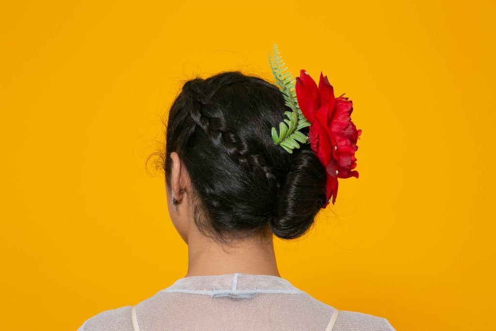 Modelo para tutorial de duas tranças e quatro penteados