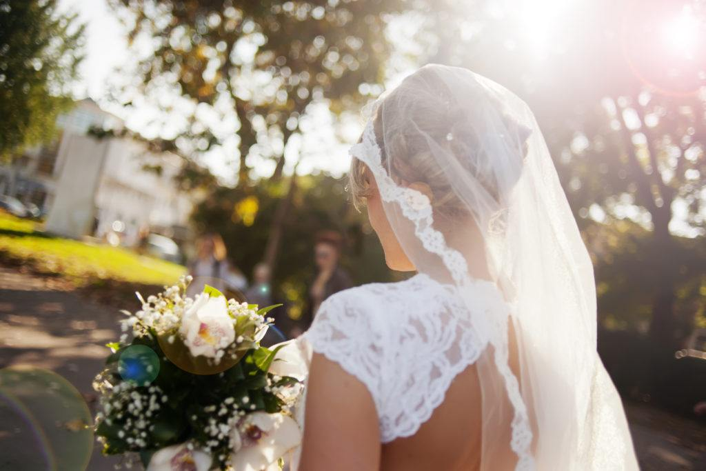 Mulher com vestido de noiva véu e grinalda