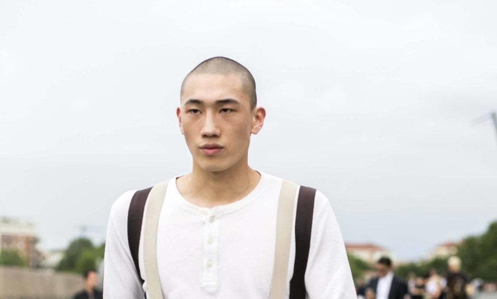 Homem de cabelos raspados