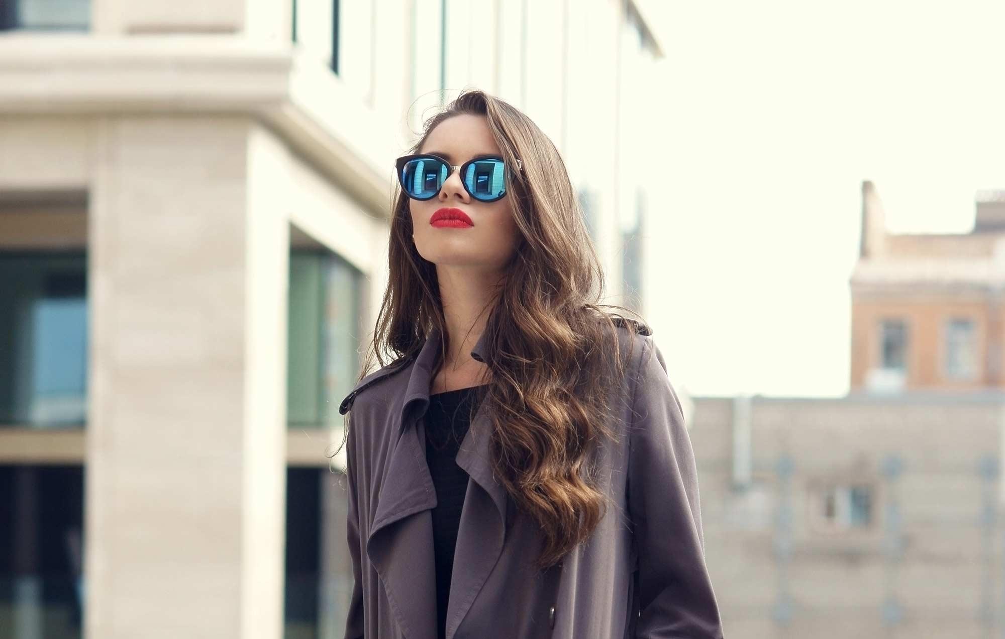 modelo com cabelo ondulado com um dos penteados para debutantes