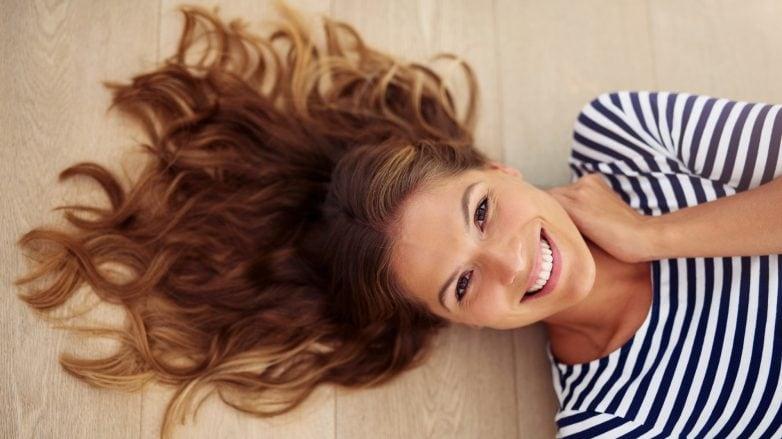 Modelo com cabelos castanhos e longos