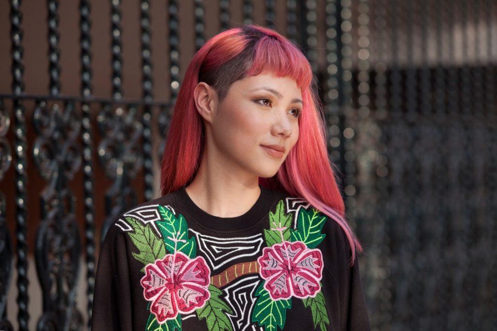 Modelo de cabelo rosa com corte sidecut