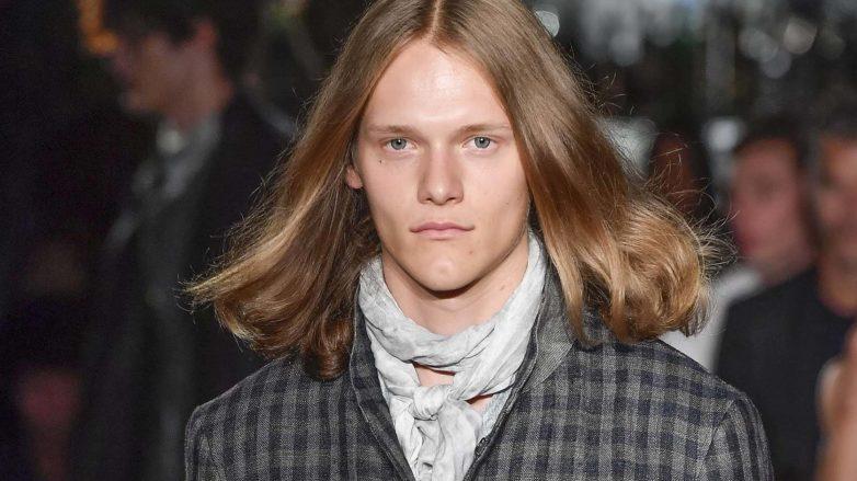 Homem de cabelos compridos e loiros para a matéria sobre cabelo de rockeiro