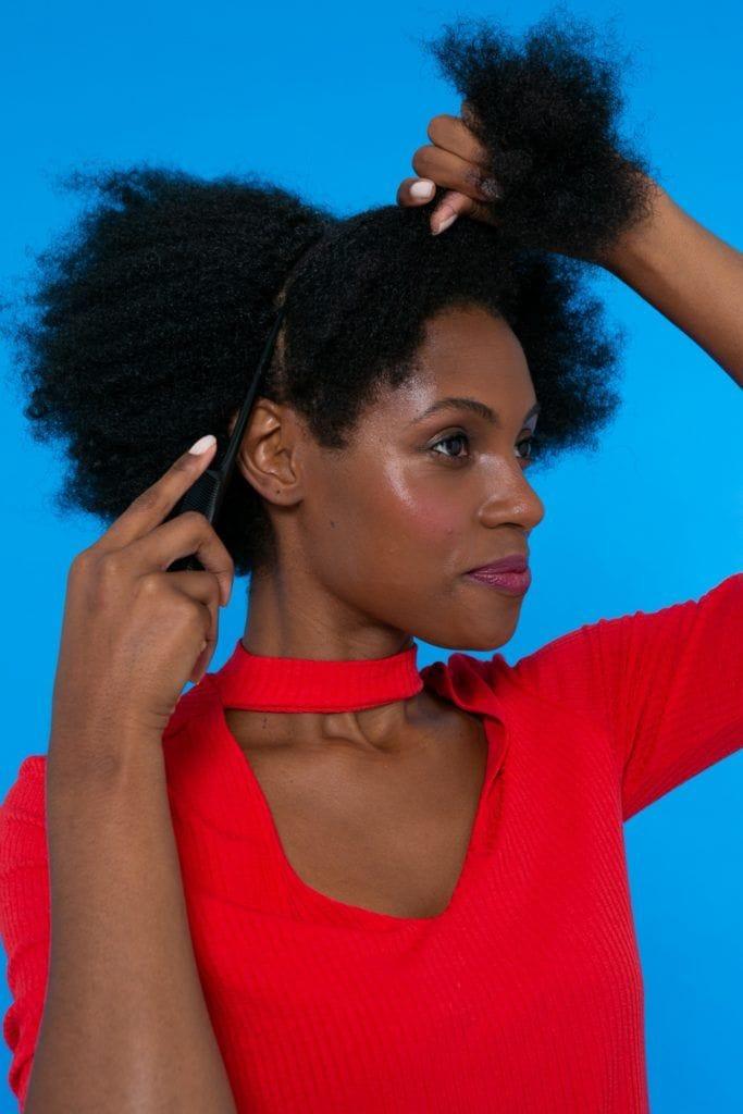 modelo de cabelo crespo dividindo o cabelo em três partes