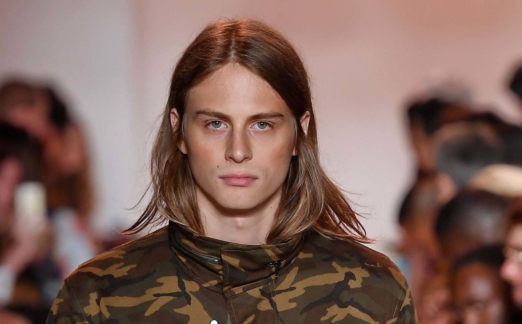 modelo com um dos cortes masculinos para afinar o rosto