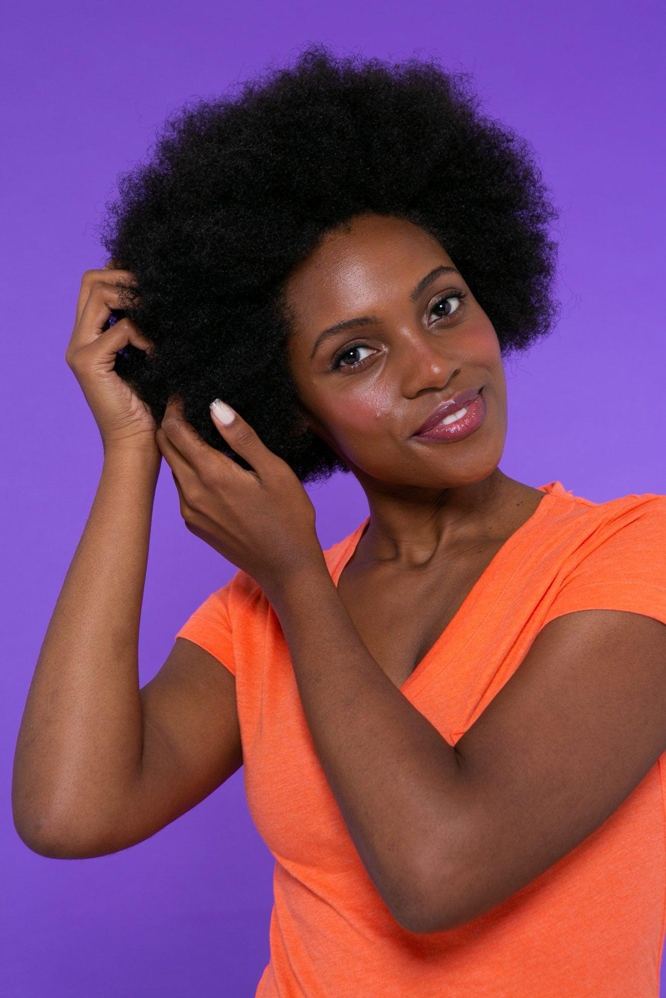 Mulher com cabelo crespo black power