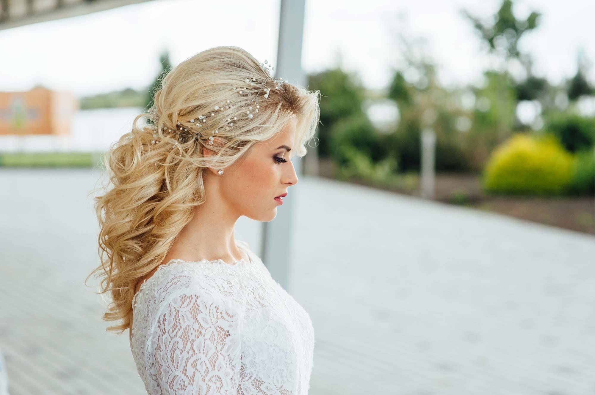 modelo com um dos penteados luxuosos para noivas