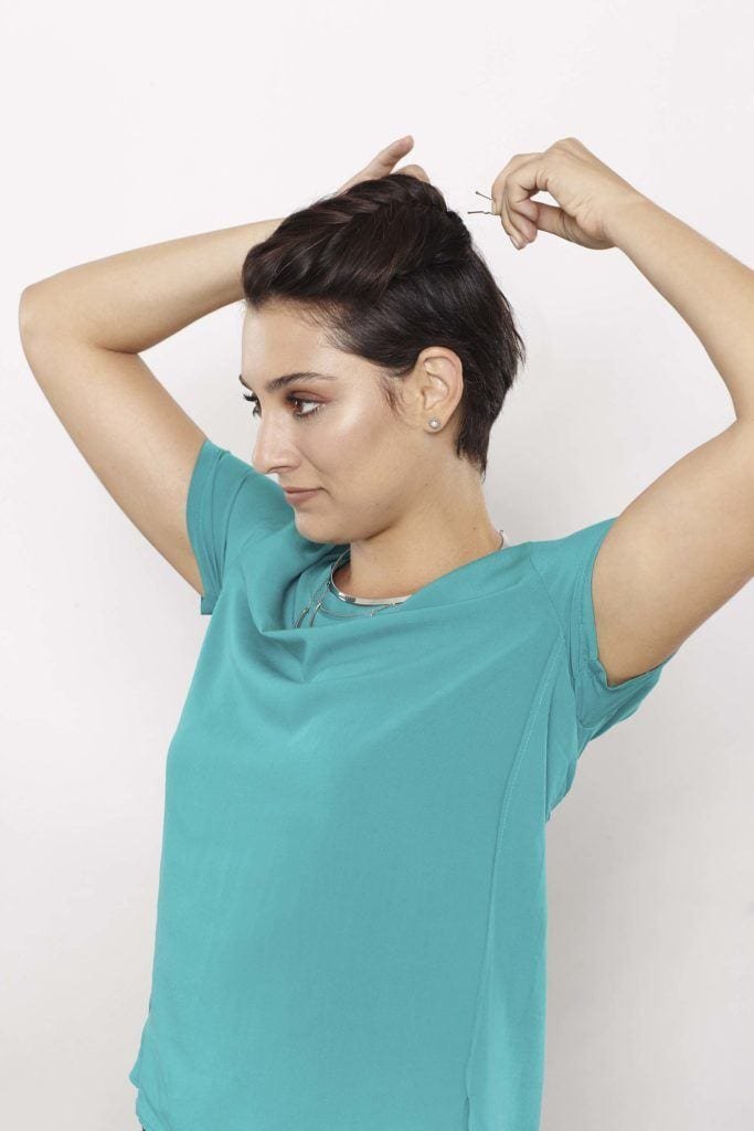 Mulher fazendo trança nos cabelos curtos