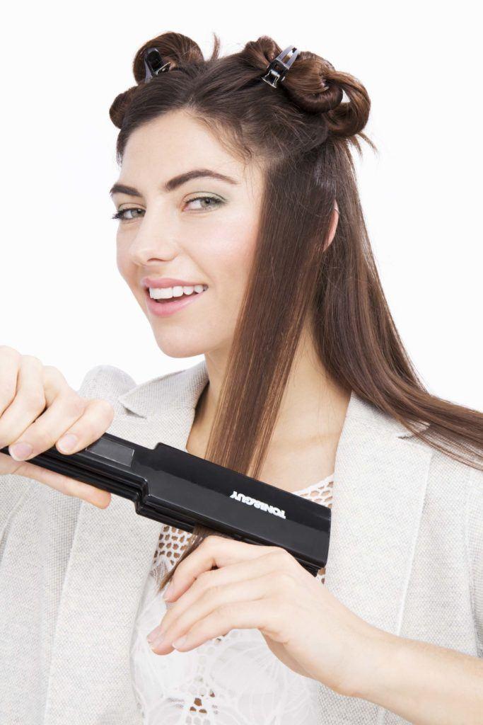 modelo com cabelo liso ilustrando a matéria sobre alisar o cabelo com secador