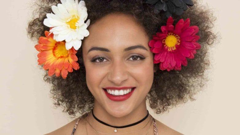 modelo de Cabelo afro com flores