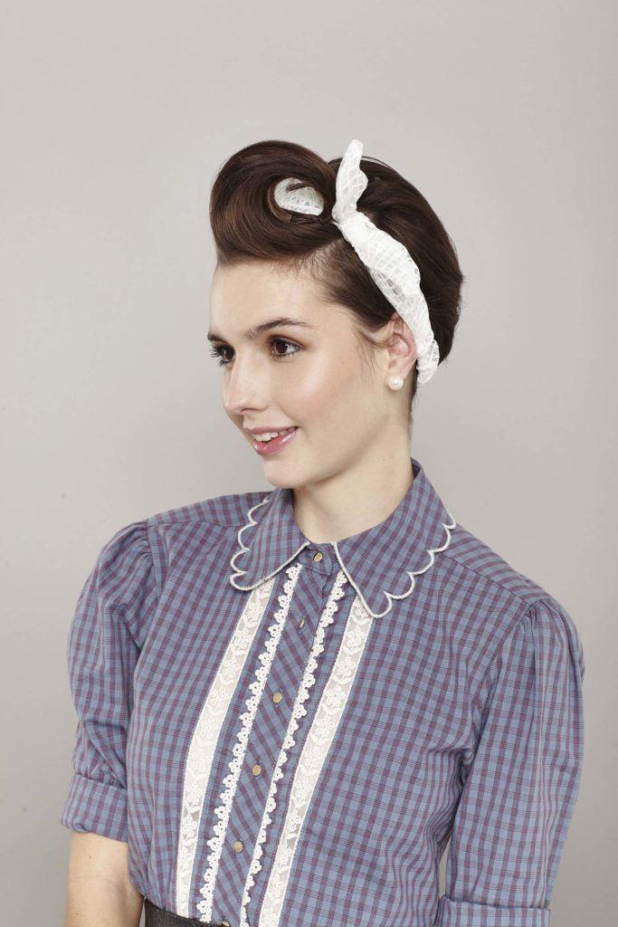 modelo com o penteado pin up para cabelos curtos