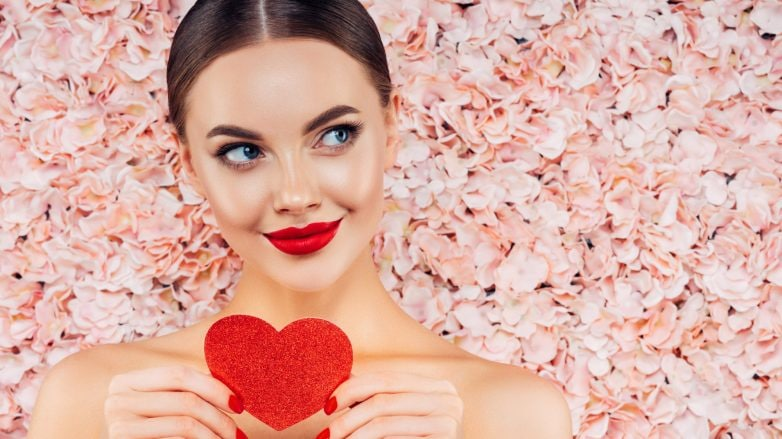 Modelo segura um coração de papel para o Dia dos Namorados