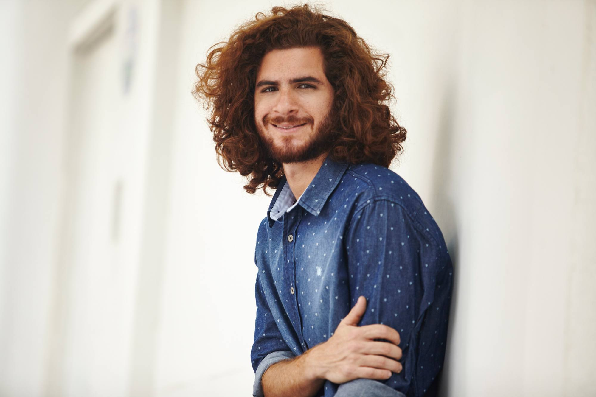 Modelo com cabelo ondulado masculino longo ruivo