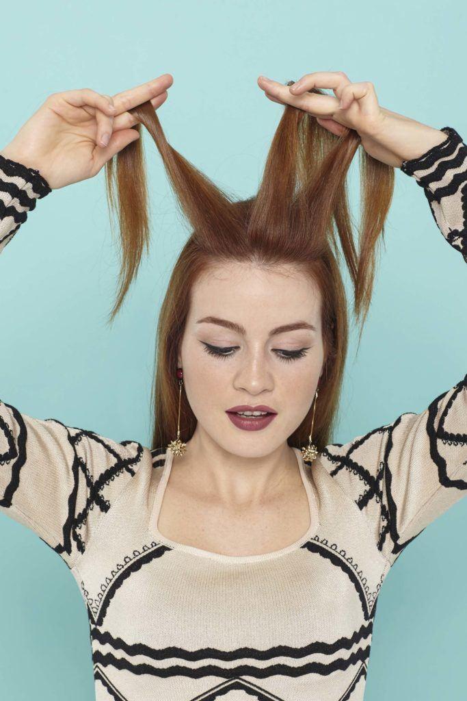 modelo com uma trança holandesa embutida no cabelo ruivo