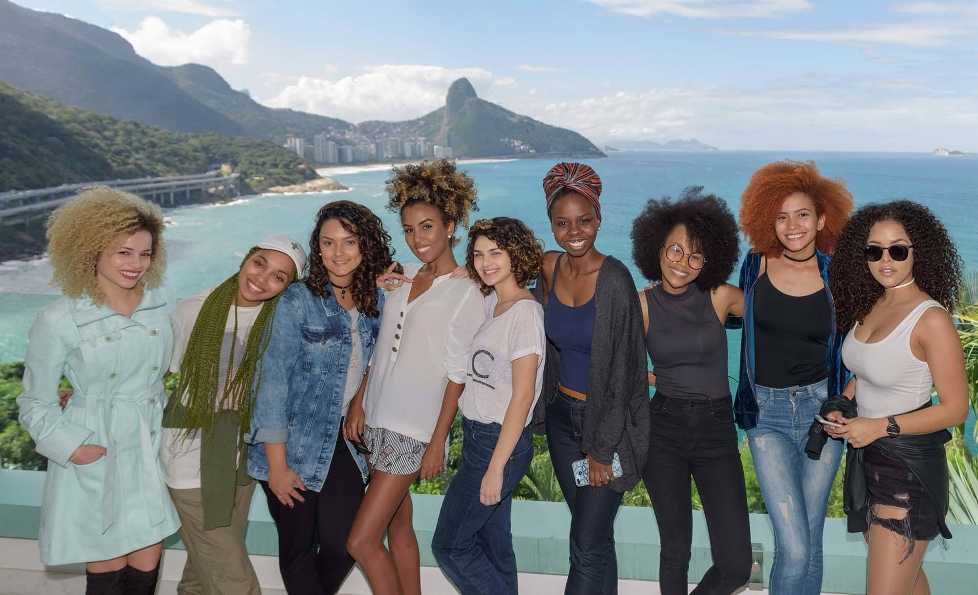 nove mulheres com cabelo cacheado e crespo na Casa Seda no Rio de Janeiro