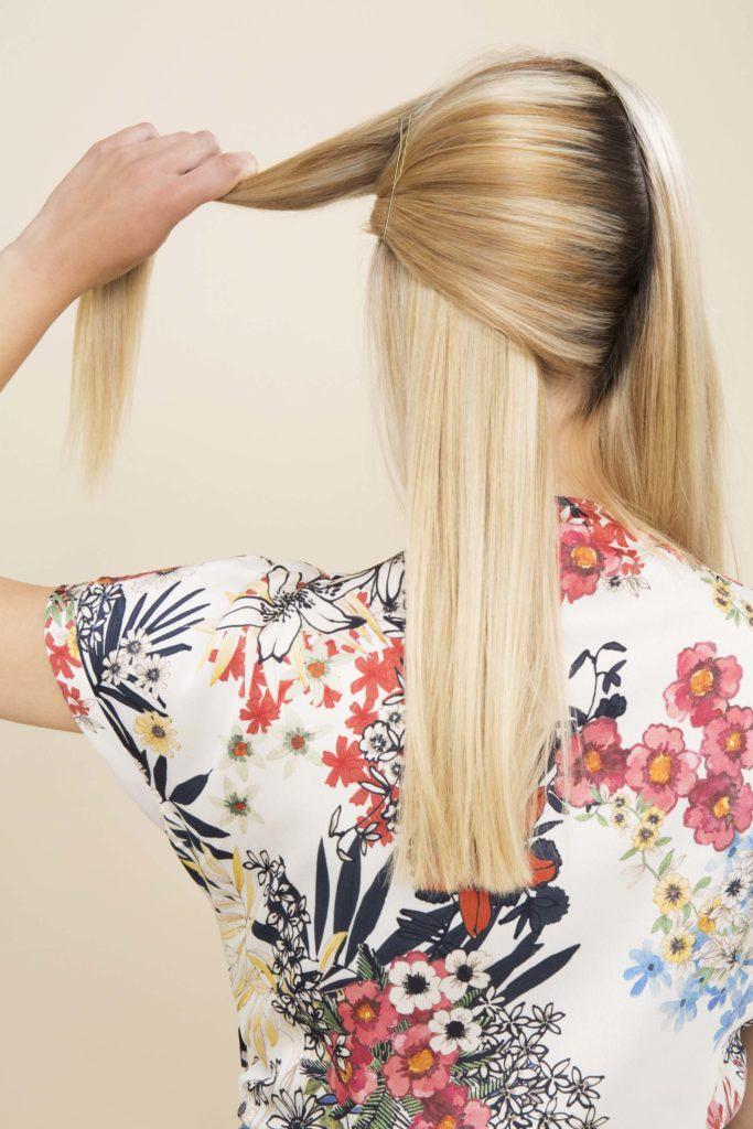 modelo com cabelo loiro e liso ilustrando a matéria sobre como fazer touca no cabelo