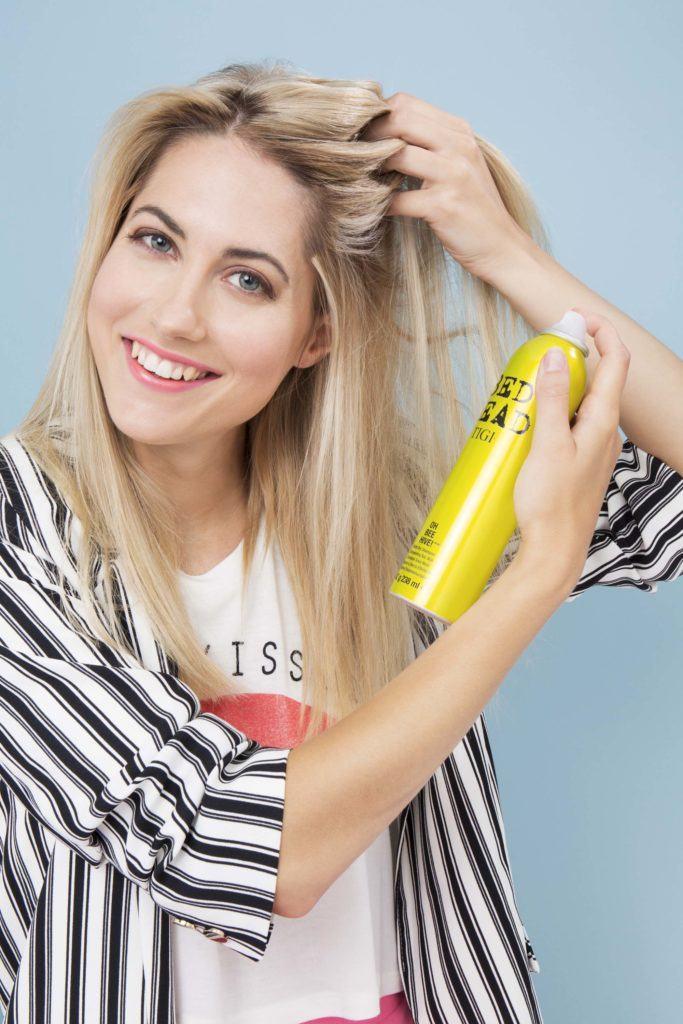 modelo com cabelo loiro ilustrando a matéria sobre trança francesa espinha de peixe
